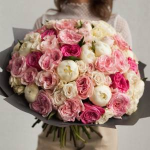 Сборный букет пионы и пионовидные розы с оформлением R523