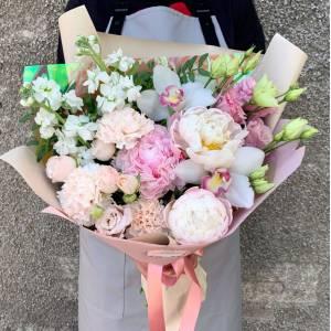 Нежный букет пионы с розами и орхидеей R517