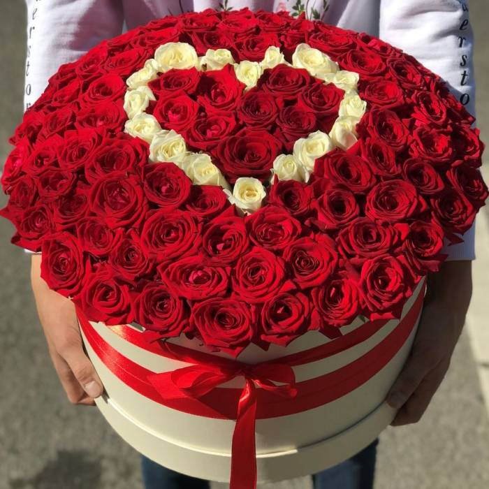 101 роза в коробке с сердцем R037