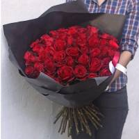 Букет 51 красная роза в черном крафте R010