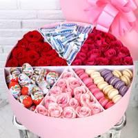 Коробка с макаронсами, цветами и сладостями R015