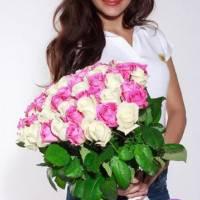 Букет 51 белая и розовая роза с лентами R005
