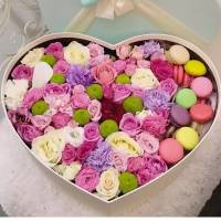 Коробка с цветами и макаронсами R013