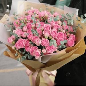 Букет 35 веток кустовой розы в крафте R420