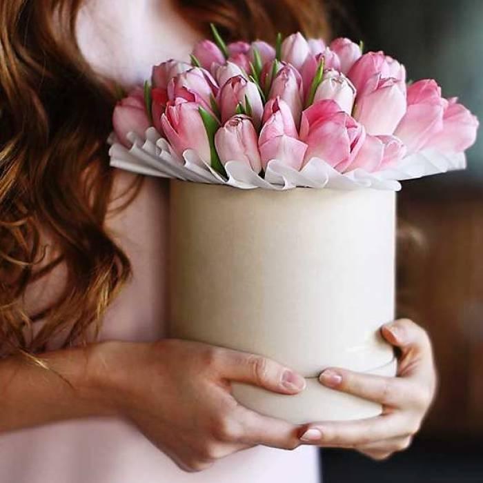 19 розовых тюльпанов в коробке с лентами R011