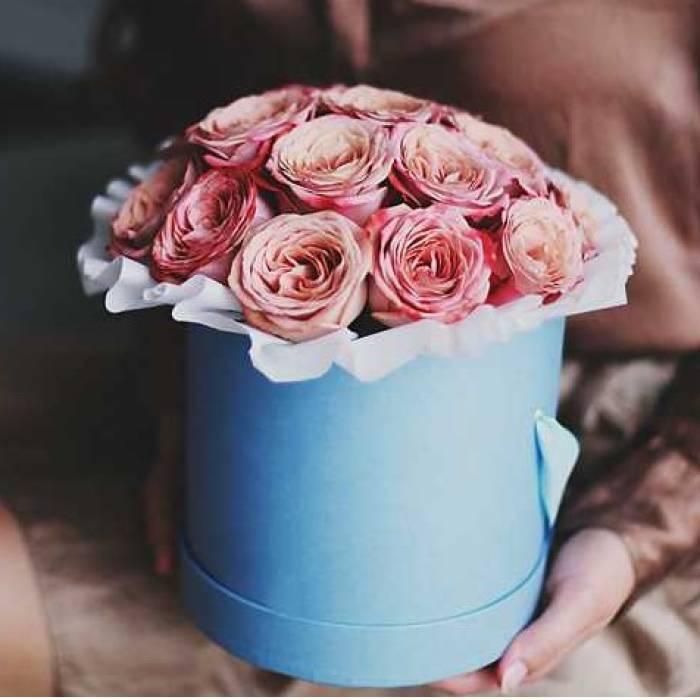 19 крупных пионовидных роз в коробке R450