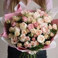 Сборный букет кремовых роз в крафте R471