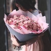Букет 75 розовых роз в крафте R024