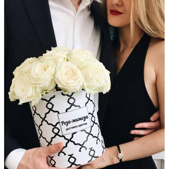 19 белых роз в коробке R503