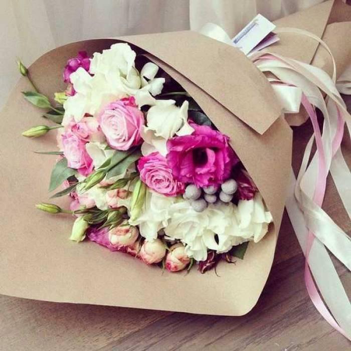Сборный букет эустома и розы в крафте R005