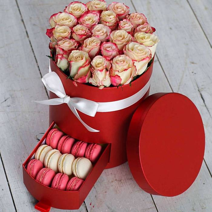Коробка с розами и макаронсами R221